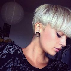 LOVE this bowl cut and color Short Hairstyles For Women, Cool Hairstyles, Short Hair Cuts, Short Hair Styles, Short Pixie, Bowl Haircuts, Look 2018, Corte Y Color, Haircut And Color
