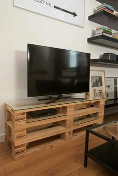 There are so many easy DIY ideas to complete your furniture range for your sweet home. To understand the easy DIY furniture ideas just look at this DIY pallet TV stand because a TV is a very dire need of every home Pallet Furniture Tv Stand, Pallet Tv Stands, Diy Furniture, Wooden Pallets, Wooden Diy, Diy Wood, Rack Pallet, Tv Pallet, Tv Stand Plans