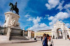 Lisboa: Historias callejeras | via Passenger 6a.es | 11/12/2016 Brilla Lisboa reflejada en el río Tajo, por cuyas recuperadas orillas los lisboetas pasean ahora con más orgullo, pues el tiempo solo ha aumentando su belleza  #Portugal Photo: Praça do Comércio