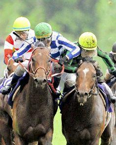 """ゴール前、激しい競り合いの中、グランプリボス(左)の鞍上・三浦から""""肘打ち""""を受けるジャスタウェイの鞍上・柴田善"""