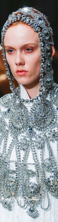 Burberry Fall RTW 2017 (LFW) Catwalk Fashion, Fashion 2017, Couture Fashion, Fashion Art, Fashion Models, Luxury Fashion, Burberry Outlet, Sparkly Gown, New England Style