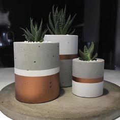 Machen Sie Ihre eigenen Dollhouse Building Blocks Set - New Ideas Vaso de concreto: aprenda a confeccionar a peça-desejo do momento Betonvasen Cement Art, Concrete Crafts, Concrete Projects, Diy Projects, Concrete Furniture, Concrete Design, Concrete Planters, Painted Pots, Vases Decor