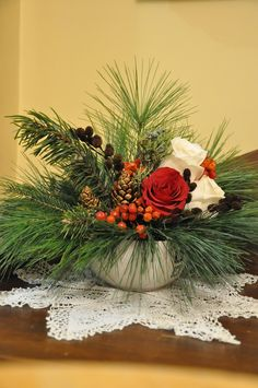 very simple and pretty Christmas Arrangement Winter Floral Arrangements, Christmas Flower Arrangements, Christmas Flowers, Christmas Wreaths, Christmas Crafts, Advent Wreaths, Christmas Lanterns, Christmas Table Decorations, Decoration Table