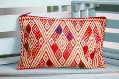 Handmade Red Case From Pantelhó Chiapas de ChiapasbyJUBEL en Etsy  #handcraft #loom #waistloom #chiapas #FridaKahlo #decoration #case #embroidered #embroidery #maya #hippie #case #boho #makeupbag #mexican