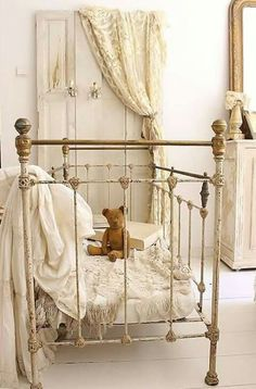 Shabby to Chic: Five Ways to Revamp and Modernize Your Shabby Chic Room - Sweet Home And Garden Shabby Chic Bedrooms, Shabby Chic Furniture, Rustic Furniture, Outdoor Furniture, Shabby Vintage, Vintage Farmhouse, Farmhouse Style, Farmhouse Ideas, Vintage Metal