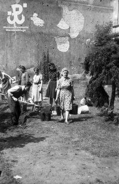 Fotografia z Powstania Warszawskiego autorstwa Andrzeja Bargiełowskiego Poland Ww2, Warsaw Uprising, Women's History, World War Two, Vintage Photos, Past, French, Retro, History