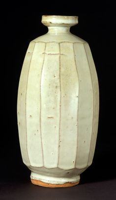 Stoneware bottle, Made by Hamada Shoji (1894-1978), Japan, Mashiko || About 1931 || Stoneware, with off-white glaze || V&A