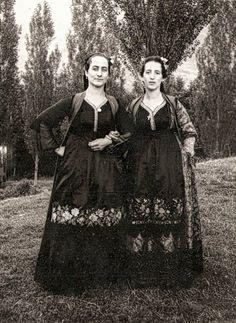 Μέτσοβο 1967. www.metsovomuseum.gr Greek Traditional Dress, Greek Costumes, Greek History, Folk Dance, Greece, Nostalgia, Goth, Europe, Culture