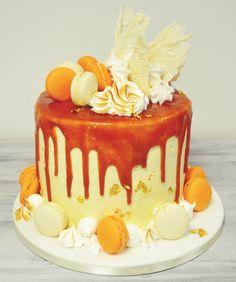 Pentru ce ne place sa realizam decoruri speciale pentru fiecare tort aniversar, asa am reusit sa avem acest model pe care am lasat sa curga caramelul, am asezat bezeaua flambata, macaronul, foita de aur si decorul jucaus din ciocolata belgiana. Macaroni, Caramel, Aur, Birthday Cake, Desserts, Food, Model, Sticky Toffee, Tailgate Desserts