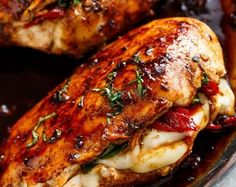 Chicken breast has never been so juicy and moist than with this Caprese Stuffed Balsamic Chicken recipe! This is where two chicken recipes . Poulet Caprese, Chicken Asparagus, Bruschetta Chicken, Chicken Potatoes, Chicken Salad, Mushroom Chicken, Garlic Chicken, Chicken Pasta, Pasta Salad
