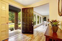 Elas são o cartão de visitas de uma residência, traduzem o estilo do imóvel e do morador e ainda protegem das variações climáticas e dos ruídos. Com tantas funcionalidades, é importante escolher com cautela o modelo e o material da porta de casa.