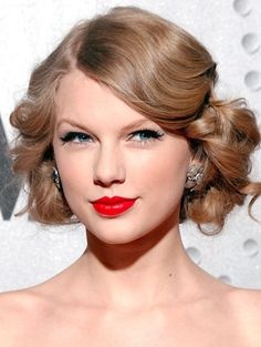 """Vintage Hairstyles - Taylor Swift is a well known celebrity in Hollywood. She is famous all over the world. Her introduction with her name """"TAYLOR SWIFT"""" is enough. We can see her in different modern and artificial fas… Prom Hairstyles For Short Hair, Retro Hairstyles, Celebrity Hairstyles, Wedding Hairstyles, Gorgeous Hairstyles, Popular Hairstyles, Messy Hairstyles, Hollywood Glamour Hair, Glamour Hollywoodien"""