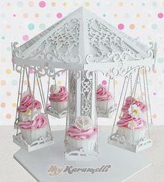 Stand de madera realizado artesanalmente con detalles increíbles simulando un precioso Carrusel. Ideal para adornar mesas dulces, cumpleaños, bodas. Contiene 7 asientos para Cupcakes o dulces.  Medidas: 35 cm de diámetro por 38 cm de alto aproximadamente.: