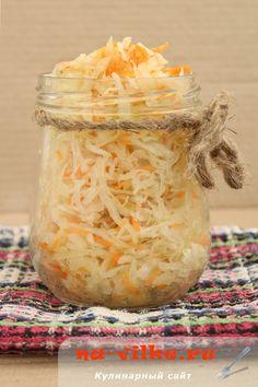 Подробный проверенный временем рецепт приготовления хрустящей квашеной капусты на зиму. Ингредиенты рассчитаны на трехлитровую банку.