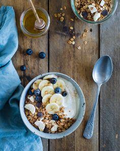 Myslíte si, že granola a biely jogurt je raňajková kombinácia iba letných horúcich dní? Tak si skúste nasypať do vašej obľúbenej raňajkovej misky Gabby´s granolu s neodolateľnou vôňou a chuťou banánov a kvalitnej horkej belgickej čokolády. Pridajte biely jogurt, zalejte troškou kvalitného medu, posypte mletou škoricou.  Ručná výroba. Sladené medom. Bez umelých farbív. Bez konzervantov. Bez umelej arómy. Dostupné aj ako bezlepková. Slovenský produkt. Granola, Cereal, Oatmeal, Breakfast, Food, The Oatmeal, Morning Coffee, Rolled Oats, Essen