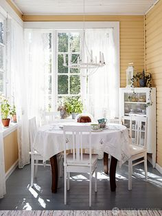 Charming little dining corner on an enclosed porch - Magical Home Inspirations~ Cottage, Home, Pretty House, Country Dining, Dining Corner, House Interior, Vintage Farmhouse Style, House Interior Decor, English Interior
