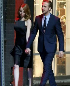 Emma Stone & Ryan Gosling Hold Hands, Look So Cute on Set!: Photo Emma Stone flashes her infectious smile at co-star Ryan Gosling while filming a date night scene for their movie La La Land on Friday (September in Los Angeles. Matthew Gray Gubler, James Mcavoy, Colin Firth, Jake Gyllenhaal, Michael Fassbender, Estilo Emma Stone, Damien Chazelle, Romantic Movies, Movie Costumes