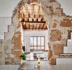 Parfois les petits budgets peuvent être moteur de créativité, c'est le cas pour cette rénovation d'un appartement de 105 m2 sur l'île de Majorque au Baléar