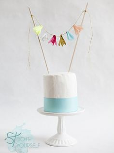 DIY Mini Tissue Tassel Cake Topper Make a super cute mini-tissue tassel garland cake topper for your next special cake! Diy Wedding Cake Topper, Diy Cake Topper, Custom Cake Toppers, Wedding Cakes, Diy Wedding Food, Budget Wedding, Wedding Ideas, Tissue Garland, Diy Girlande