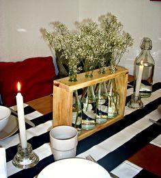 Un precioso florero hecho con madera de palets y botellas de vidrio | Decorar tu casa es facilisimo.com