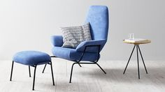 The Hai lounge chair. Light metal legs, circular-knitted upholstery in blue, Razzle Dazzle pattern.