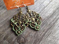 Macramé boho earrings  Fleur de lis in sage par creationsmariposa, $27.00