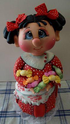 Pote Menina Balinha  Pote de 1,3 L trabalhado em biscuit em forma de menina abraçando balinhas.  Pote utilitário.  As cores podem variar ao gosto do freguês, combinando com a cozinha, etc...escolha a tua cor (favor escolher cor da roupa, cabelos e olhos)  Veja mais modelos no mostruário.    POLÍT...
