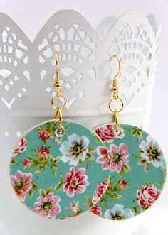 Decoupage floral earrings for spring - these DIY dangle earrings are really easy to make with Mod Podge! Fabric Earrings, Paper Earrings, Wooden Earrings, Paper Jewelry, Fabric Jewelry, Leather Earrings, Beaded Earrings, Wire Jewelry, Earrings Handmade