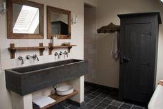 brede wastafel - gegoten wastafel beton - spiegels hout - betonlook badkamer