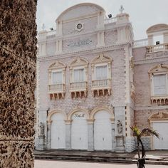 Hiding from the sun and taking in some of the beautiful architecture in #cartagena. Every last Sunday of the month museums in Cartagena are free so after we shoot some fire for you all we are going history hopping.  #jetsetnanny