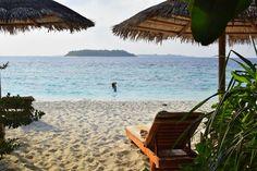Travel the Life: REETHI BEACH - UN RESORT PARA DISFRUTAR DE LO MEJOR DE LAS MALDIVAS Beach Resorts, Outdoor Furniture, Outdoor Decor, Hammock, Home Decor, The Maldives, Beach, Homemade Home Decor, Hammocks