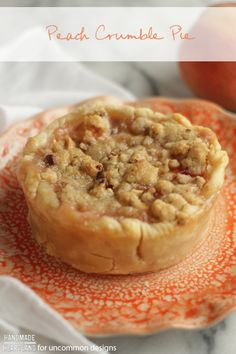 Peach Crumble Pie Recipe, This delicious dessert is a great summer treat! Perfect for summer bbq's or potluck with friends. Mini Desserts, Just Desserts, Delicious Desserts, Yummy Food, Pie Recipes, Dessert Recipes, Cooking Recipes, Honey Recipes, Pie Dessert
