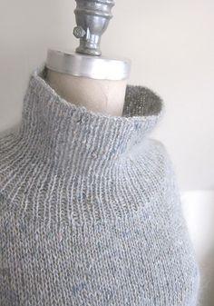 Dejlig poncho med ærmer, der nærmest fungerer som en stor sweater. Den er let og hurtig at strikke på pinde 5. Det anvendte garn er blødt og varmt. Læs mere ...