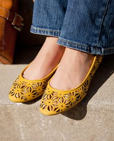 Adorable cut out yellow flats.