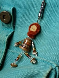 Button crafts figurines school bag tag Button Wreath, Button Ornaments, Cute Crafts, Crafts To Make, Arts And Crafts, Crib Toys, Beaded Spiders, Button Cards, Bag Tag