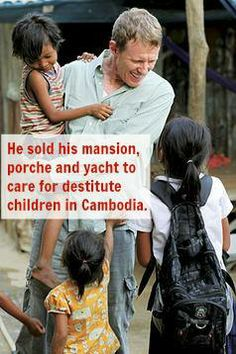Scott Neeson sold his mansion, Porsche, and yacht and set off for Cambodia to provide food, shelter, and education to destitute. Wow Inspiring People, Amazing People, Good People, Amazing Things, Inspiring Quotes, Helping Others, Rich Man, Super Powers, Good Deeds