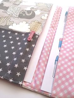 Tablet, Baby Quilts, Louis Vuitton Damier, Diy And Crafts, Sewing, Crochet, Pattern, Bags, Ideas Originales