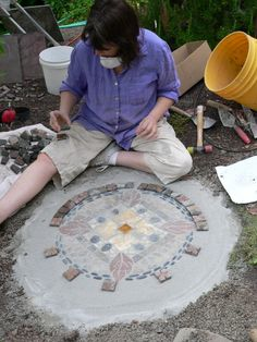Create a low-cost, high-end-look garden mosaic with dry-concrete method Mosaic Stepping Stones, Pebble Mosaic, Stone Mosaic, Mosaic Glass, Mosaic Walkway, Stained Glass, Glass Art, Mosaic Crafts, Mosaic Projects