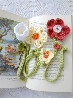 Here's a lovely project to tackle - crochet flower bookmarks. Don't need to say they make lovely gifts and you can put all your yarn scraps to use! Easy Crochet Bookmarks, Crochet Bookmark Pattern, Crochet Cross, Love Crochet, Crochet Gifts, Crochet Teddy, Crochet Things, Diy Crochet Flowers, Crochet Puff Flower