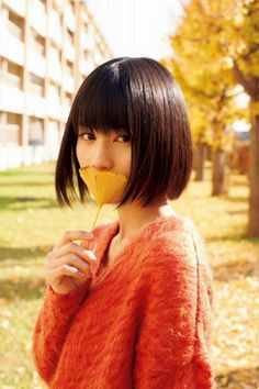 Woman with Ginko Leaf Japanese Short Hair, Asian Short Hair, Cute Japanese Girl, Girl Short Hair, Girls Short Haircuts, Short Hairstyles For Women, Bob Hairstyles, Shot Hair Styles, Long Hair Styles