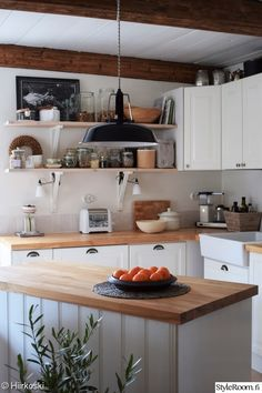 Black Kitchens, Home Kitchens, Kitchen Layout, Kitchen Design, Fancy Houses, Scandinavian Kitchen, Home Furnishings, Country Homes, Table