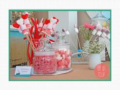 Brochetas y botes de caramelos para candy bar. Mesa de dulces. Mesa de chuches.