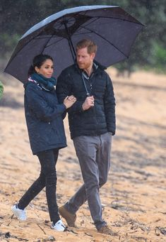 While on her first royal tour in New Zealand, Meghan Markle wore another pair of white sneakers, this time from an Adidas x Stella McCartney Stan Smith collection. Prinz Harry Meghan Markle, Meghan Markle Prince Harry, Prince Harry And Megan, Harry And Meghan, Estilo Meghan Markle, Meghan Markle Style, The Duchess, Dion Lee, Antonio Berardi