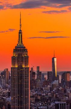 Empire State Building n One World Trade Center at Sunset, in New York_USA