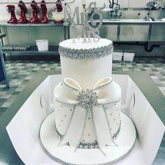 Zucchini cake with pine nuts - Clean Eating Snacks Bling Wedding Cakes, Wedding Cake Photos, White Wedding Cakes, Wedding Cake Decorations, Beautiful Wedding Cakes, Beautiful Cakes, Amazing Cakes, Bling Cakes, Luxury Cake