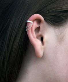 Trending Ear Piercing ideas for women. Ear Piercing Ideas and Piercing Unique Ear. Ear piercings can make you look totally different from the rest. Ear Cuff Piercing, Cute Ear Piercings, Fake Piercing, Tragus Piercings, Ear Gauges, Body Piercings, Helix Earrings, Cuff Earrings, Cartilage Earrings