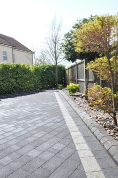 Front Driveway Ideas, Garden Ideas Driveway, Driveway Design, Driveway Landscaping, Yard Design, Block Paving Driveway, Stone Driveway, Garden Floor, Garden Paving