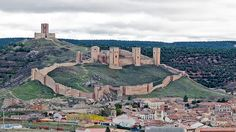 Castillo y Murallas de Molina de Aragón, Guadalajara, España. se asienta en la falda del monte que domina la población y el valle del río Gallo, en una zona fronteriza e historicamente estratégica para el dominio de los caminos entre los reinos de Aragón y Castilla