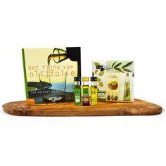 Olijfhouten tapasplank met drie kleine flesjes LA Organic olijfolie in verschillende smaken #gift