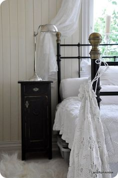 small bedside table for the spare room. Country Cottage Bedroom, White Cottage, White Farmhouse, Cottage Style, Cottage Chic, Modern Farmhouse, Black And White Colour, Pretty Black, White Houses